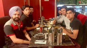 Pakistani Cricket Players Treat Indian Taxi Driver To a Dinner